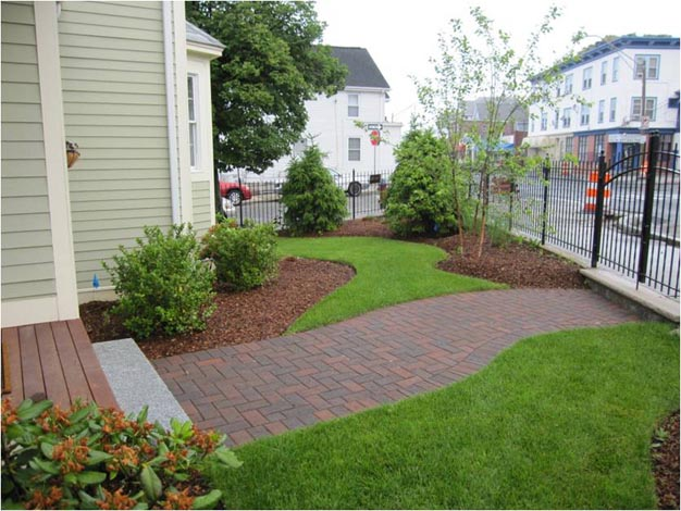 Attirant Somerville: Revitalized Lawn And Walkway